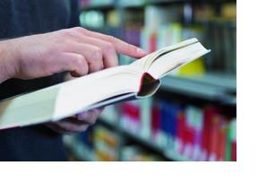 Ein Studierender liest in einem Buch. (Foto: Axel Jusseit)