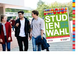 Drei Studierende auf einem Campus. (Foto: Meramo Verlag)