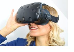Eine junge Frau trägt eine VR-Brille. (Foto: Martin Rehm)