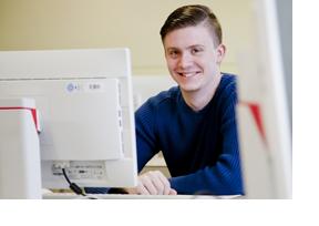 Ein junger Mann sitzt an einem Bildschirm. (Foto: Bundesagentur für Arbeit)