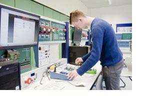 Ein Studierender programmiert eine Steuerkonsole. (Foto: Bundesagentur für Arbeit)