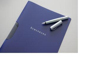 Eine blaue Bewerbungsmappe. (Foto: Bundesagentur für Arbeit)