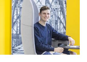 Junger Mann sitzt in einem großen Sessel. (Foto: Bundesagentur für Arbeit)