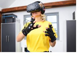 Junge Frau mit VR-Brille. (Foto: Bundesagetur für Arbeit / Martin Rehm)